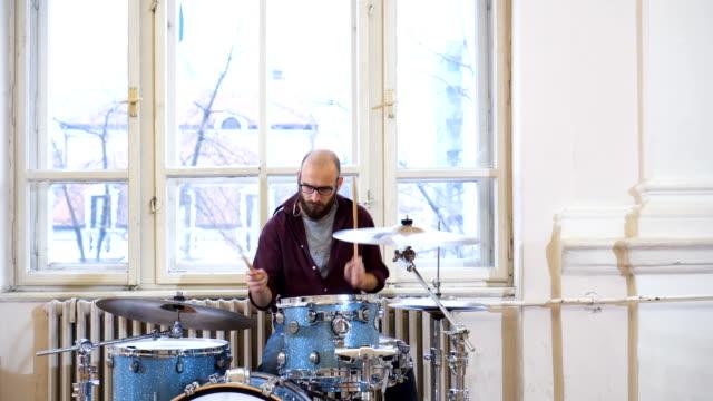 stockvideo's en b-roll-footage met getalenteerde muzikanten - drum