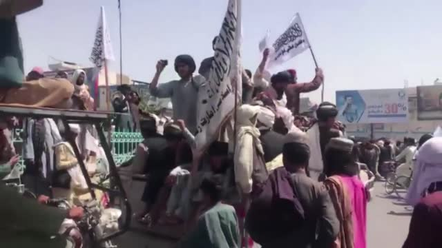 vídeos y material grabado en eventos de stock de taliban fighters celebrated victory in kandahar, southern afghanistan on tuesday as the last us troops left afghanistan on monday, just before the... - kabul