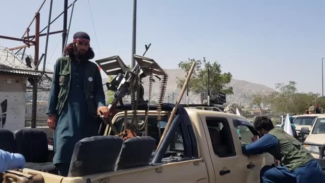 vídeos de stock, filmes e b-roll de taliban members began patrolling in kabul on monday after taking over afghanistan's capital kabul. a day after afghanistan's capital fell to the... - civil