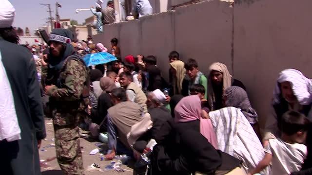 vídeos y material grabado en eventos de stock de taliban militants attempting to control crowds of people trying to flee afghanistan at kabul airport - kabul