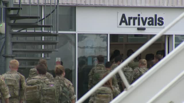 taliban takeover of afghanistan: british troops arriving back at brize norton; england: oxfordshire: raf brize norton: ext military personnel waiting... - rucksack stock videos & royalty-free footage