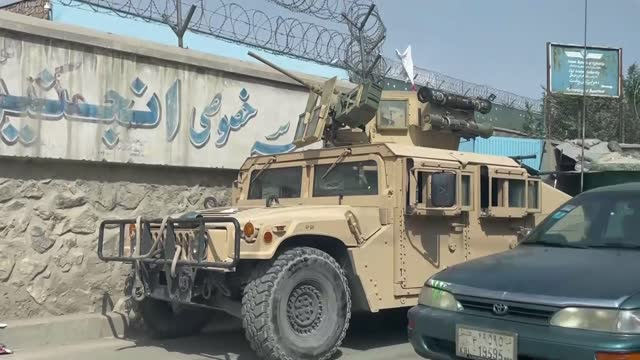 vídeos y material grabado en eventos de stock de taliban takeover of afghanistan: evacuation efforts at kabul airport continue; afghanistan: kabul: ext point of view shot - povs - from car as along... - kabul
