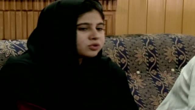taliban targets schoolgirl hina khan for supporting girls' education; islamabad: khan interview sot - pakistan bildbanksvideor och videomaterial från bakom kulisserna