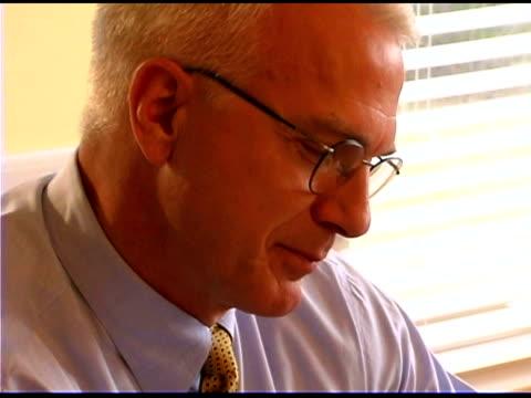 vídeos y material grabado en eventos de stock de talking businessman - un solo hombre maduro