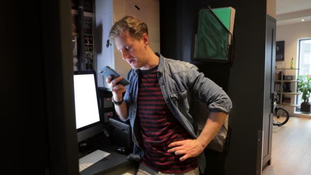 vidéos et rushes de parler au téléphone - un seul homme d'âge moyen