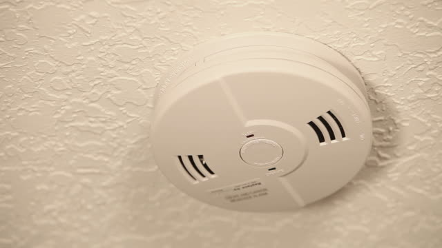 stockvideo's en b-roll-footage met talking smoke/carbon monoxide detector test - evacuatie