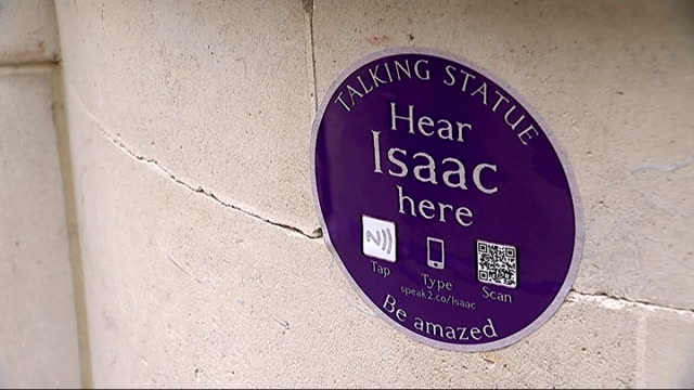 'talking statues'; daniel roche interview sot / 'talking statue hear isaac here' sign and mobile phones placed against sign / 'johnson's court' road... - 文学者 サミュエル・ジョンソン点の映像素材/bロール