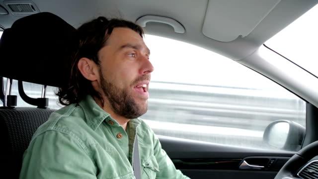 Im Gespräch mit Fahrer im Auto