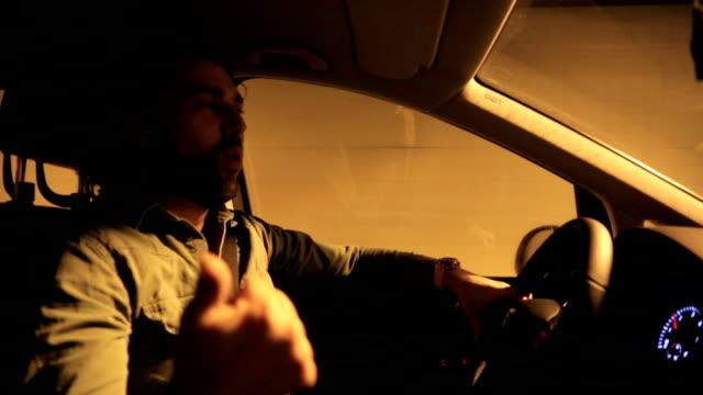 vídeos de stock, filmes e b-roll de falando com o motorista no carro - dentro
