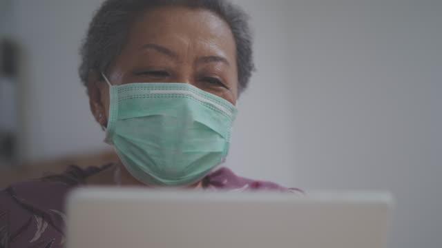vidéos et rushes de parler au patient faisant l'appel vidéo - au loin