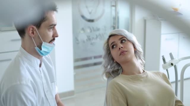 gespräch mit einem zahnarzt - zahnarzt stock-videos und b-roll-filmmaterial