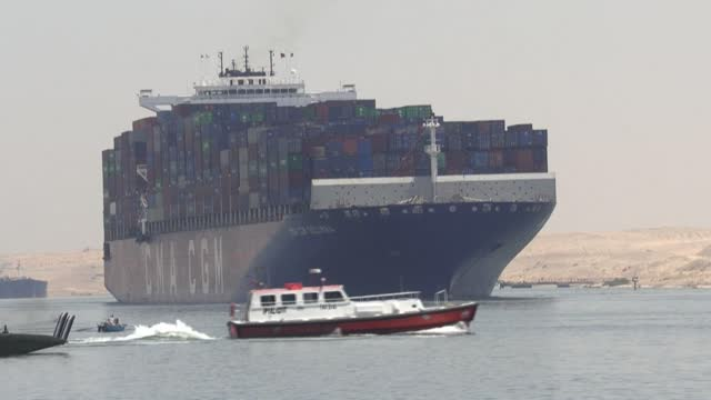 """talks about compensations with the owner of the container ship ever given, that blocked the suez canal at the end of march are """"at a standstill"""",... - canale di suez video stock e b–roll"""
