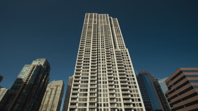 t/l ws la tall apartment building, day to night / chicago, illinois, usa - fönsterrad bildbanksvideor och videomaterial från bakom kulisserna