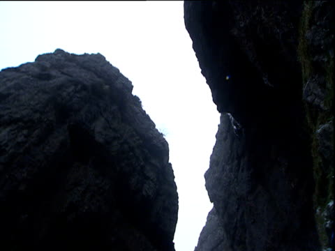 tall craggy and dark rock faces of gordale scar yorkshire - felswand stock-videos und b-roll-filmmaterial