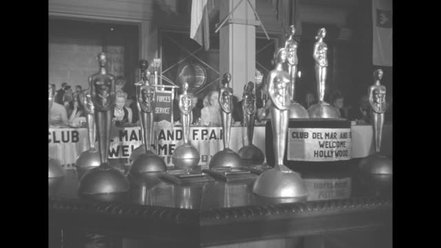 stockvideo's en b-roll-footage met tall henrietta awards statuettes / view of attendees seated at rectangular tables / table with several henrietta awards / actress jane darwell gives... - golden globe awards