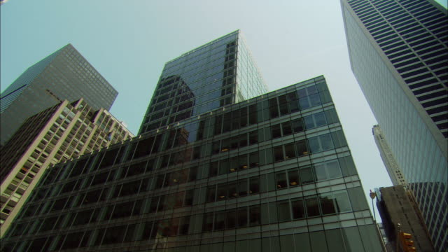 vidéos et rushes de la ws tall, modern office building in city / manhattan, new york, usa - quartier de bureaux