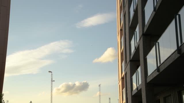 hög ny byggnad i bostadsområde - fönsterrad bildbanksvideor och videomaterial från bakom kulisserna