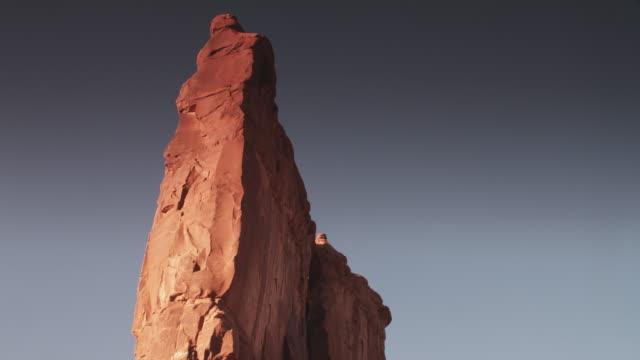 vídeos de stock e filmes b-roll de tall rock pillar in utah, tilt up - paredão rochoso
