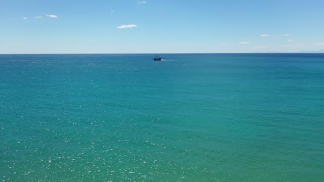 広大な青い海に単独で背の高い船 - 大きい点の映像素材/bロール