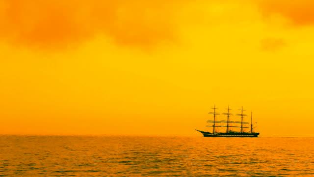 veliero nel mare al tramonto - veliero video stock e b–roll