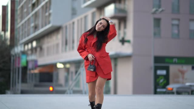 vidéos et rushes de tamara kalinic wears a red dress/coat, a jacquemus mini bag, black boots, outside jacquemus, during paris fashion week - menswear f/w fall/winter... - fashion show