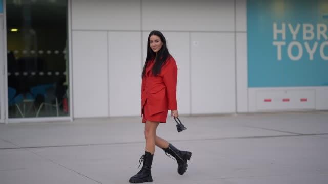 stockvideo's en b-roll-footage met tamara kalinic wears a red dress/coat a jacquemus mini bag black boots outside jacquemus during paris fashion week menswear f/w fall/winter 20202021... - modeweek