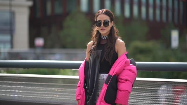 vidéos et rushes de tamara kalinic wears sunglasses a versus full outfit a pink puffer coat outside versus during london fashion week september 2017 on september 17 2017... - semaine de la mode de londres