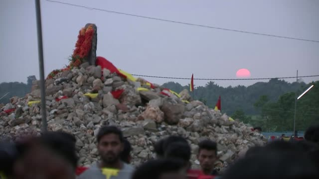stockvideo's en b-roll-footage met tamils hold controversial ceremonies to commemorate tamil tiger insurgents sri lanka monument and memorial ceremony for tamil fighters ext / sunset... - sri lankaanse cultuur