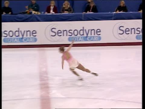 tammy sear concludes free programme with series of spins british figure skating championships belfast nov 99 - pattinaggio sul ghiaccio video stock e b–roll
