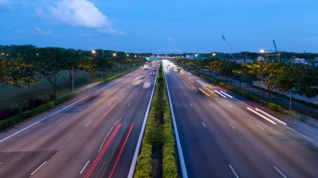 vidéos et rushes de tampines expressway au crépuscule - véhicule utilitaire léger