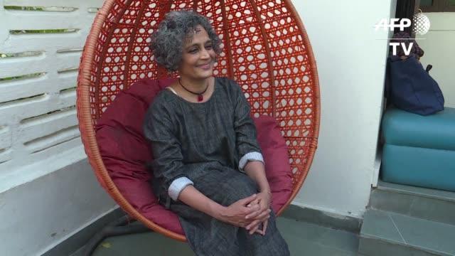 vídeos y material grabado en eventos de stock de tan idolatrada como odiada la autora india arundhati roy acaba de publicar su segunda novela el ministerio de la felicidad suprema en la que continua... - tan