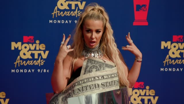 tana mongeau at the 2019 mtv movie tv awards at barkar hangar on june 15 2019 in santa monica california - mtv movie & tv awards stock videos & royalty-free footage