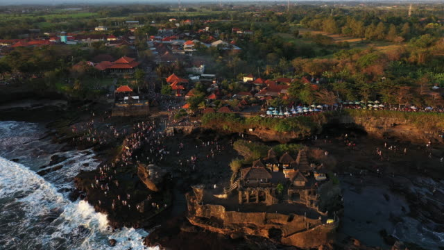 vídeos de stock e filmes b-roll de tanah lot island and temple, bali, indonesia - pura tanah lot