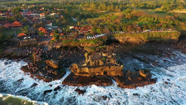 tanah lot island and temple, bali, indonesia - プラタナロット点の映像素材/bロール