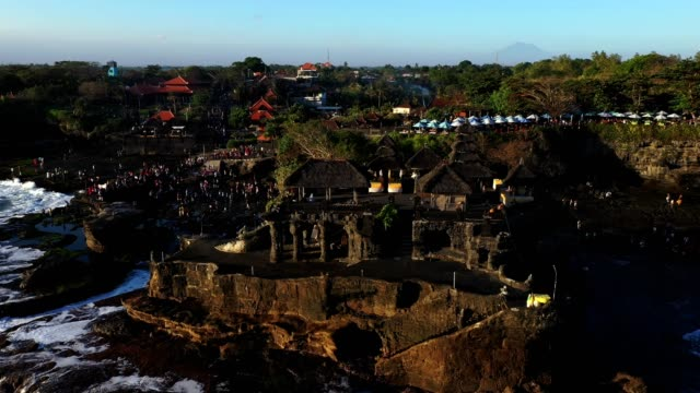 vídeos de stock e filmes b-roll de tanah lot temple and surrounding area by drone point of view - pura tanah lot