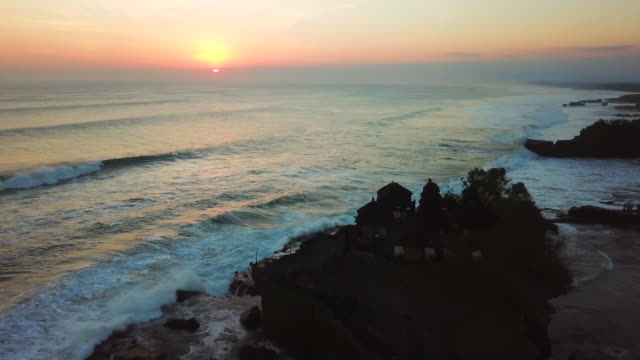 vidéos et rushes de tanah lot temple, bali, indonésie, tanah lot 4k résolution - lieu de tournage non us