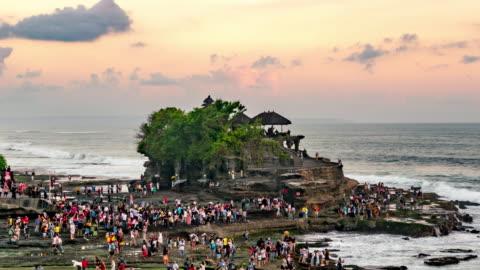 vídeos y material grabado en eventos de stock de templo de tanah lot en el mar en bali island indonesia - material de construcción