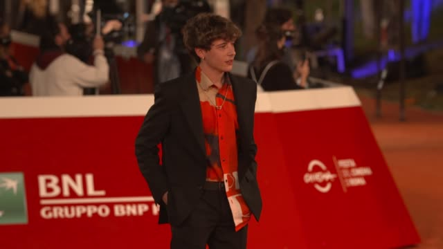 "tancredi galli arrives on the red carpet ahead of the ""cosa sara'"" screening during the 15th rome film fest on october 24, 2020 in rome, italy. - rome film festival点の映像素材/bロール"