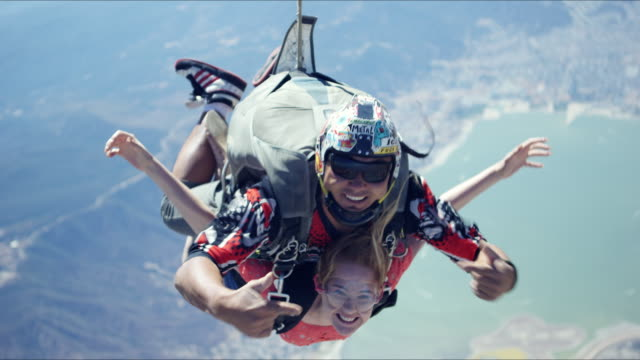 vidéos et rushes de tandem girl in free fall - parachute