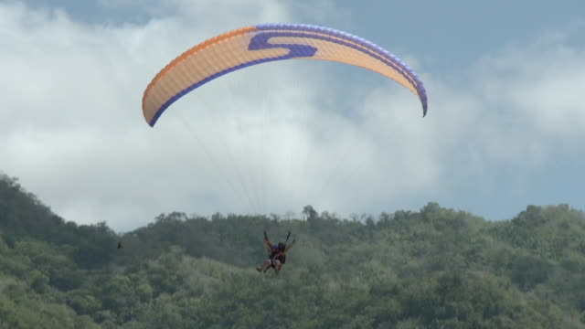 ws ts tandem paraglide landing on beach / yelapa, jalisco, mexico - tandem stock videos & royalty-free footage