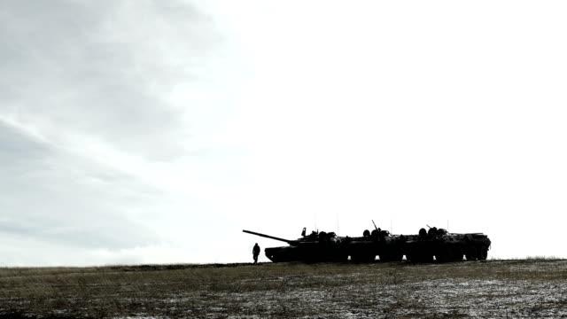 vídeos y material grabado en eventos de stock de depósito y transporte de personal blindado en un montículo cubierto de nieve - campamento de instrucción militar