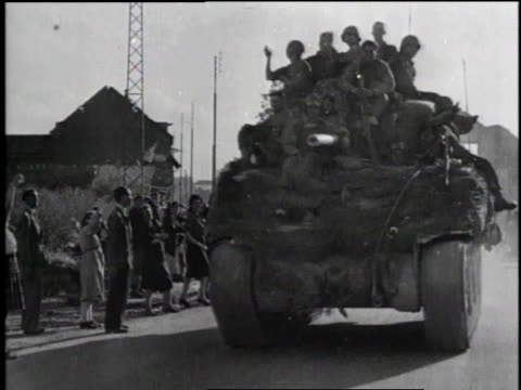 ha tank driving past cheering crowd / ms crowd as tank drives by / ms woman cheering / ms soldiers smiling on moving tank / ms two women waving and... - rennes frankreich stock-videos und b-roll-filmmaterial