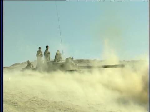 vidéos et rushes de tank fires shell and wind blows sand cloud back over tank war in afghanistan 2001 - guerre d'afghanistan : de 2001 à nos jours