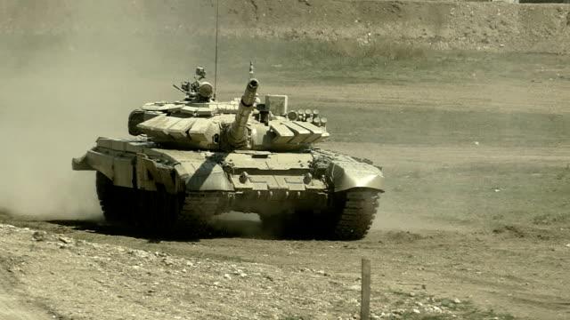 tank beweegt in een stofwolk-Slow Motion