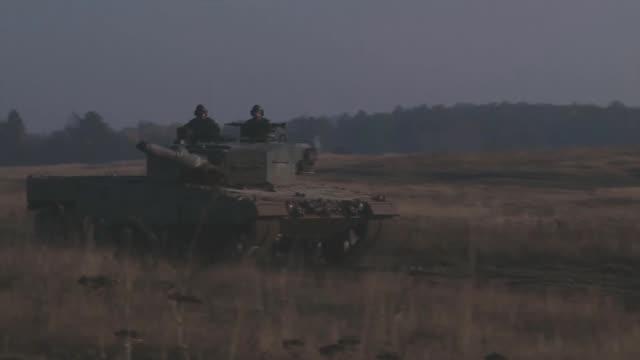 vidéos et rushes de a tank moves very quick across the countryside - general motors