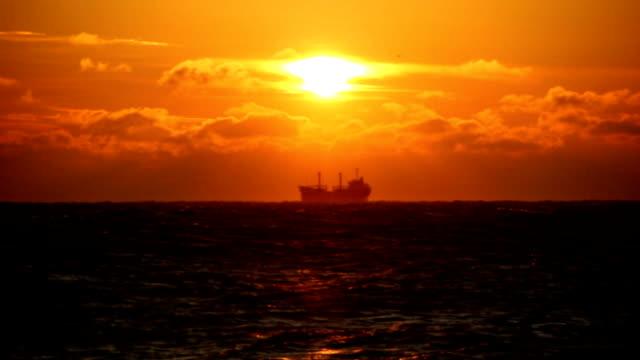 Tankschiff bei Sonnenuntergang