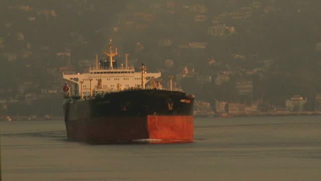 vídeos de stock, filmes e b-roll de petroleiro no estreito de bosphorus de encontro ao fundo de istambul - cruising
