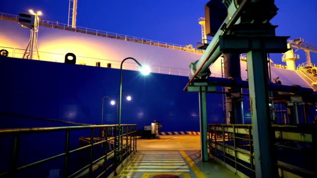 vídeos de stock e filmes b-roll de lng tanker terminal-17 clips in 1. - fábrica petroquímica
