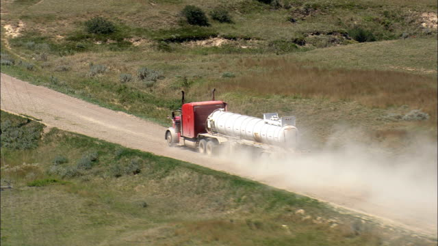 vídeos de stock, filmes e b-roll de petroleiro caminhão na estrada de terra-vista aérea-montana, richland county, estados unidos - caminhão