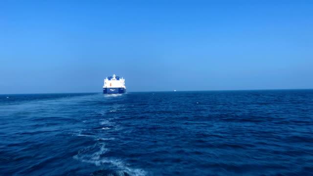 LNG タンカーは海